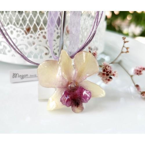 Нежна бяла Орхидея