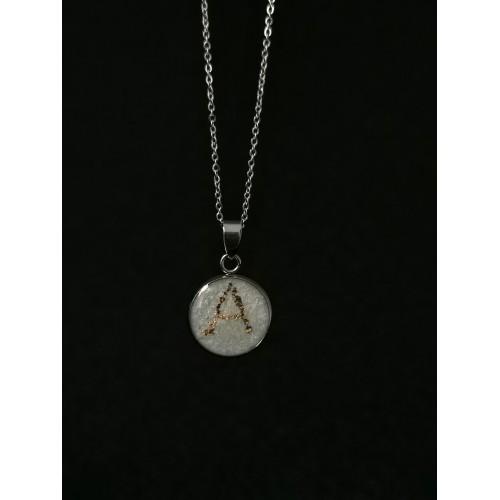 Малък медальон с кърма и буква